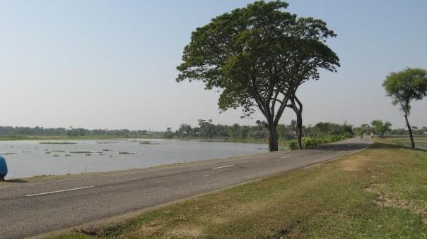 The road to Derai beside the river kalni.